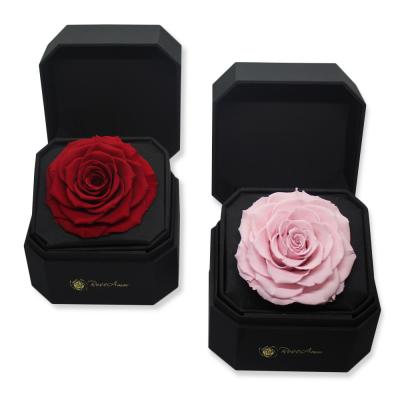 Cofre con rosa preservada